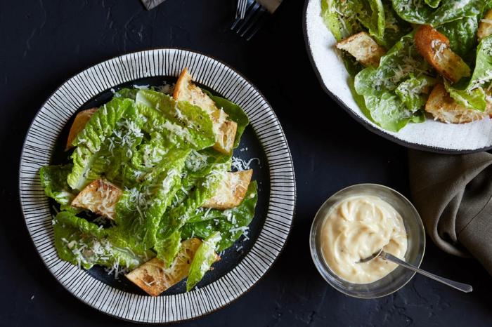 propuestas de comidas de verano faciles y rapidas, ensalada caeser con salsa casera, recetas de ensaladas