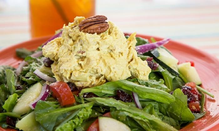 ideas de ensaladas saludables en fotos, ensalada con lechugas, manzanas, nueces y pollo