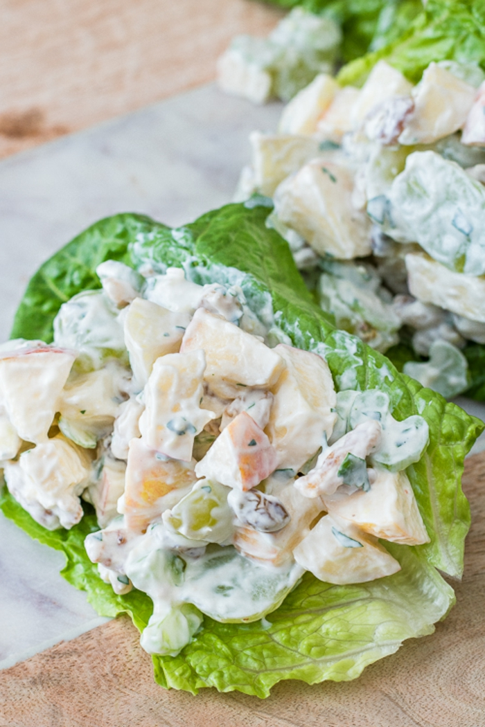 recetas originales de ensaladas para cenar, pequeñas lechugas con ensaladilla rusa, imagines con diferentes tipos de ensaladas