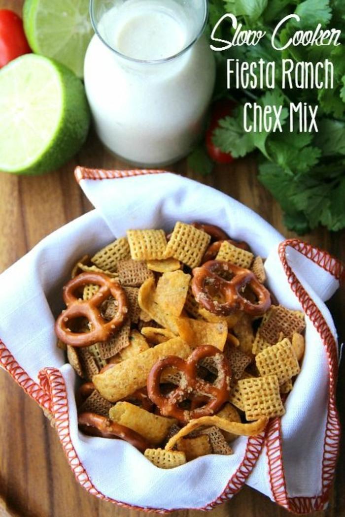 ideas de tapas para navidad originales, mix de crackers con yogur, lima y perejil, tapas fáciles y rápidas