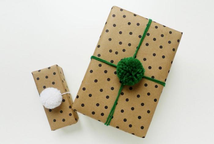 decoración regalos papel craft y pompones en color blanco y verde, papel estampada en lunares