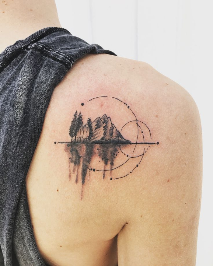 precioso diseño minimalista tattoo lineal en la espalda, paisaje montañoso con elementos gráficos
