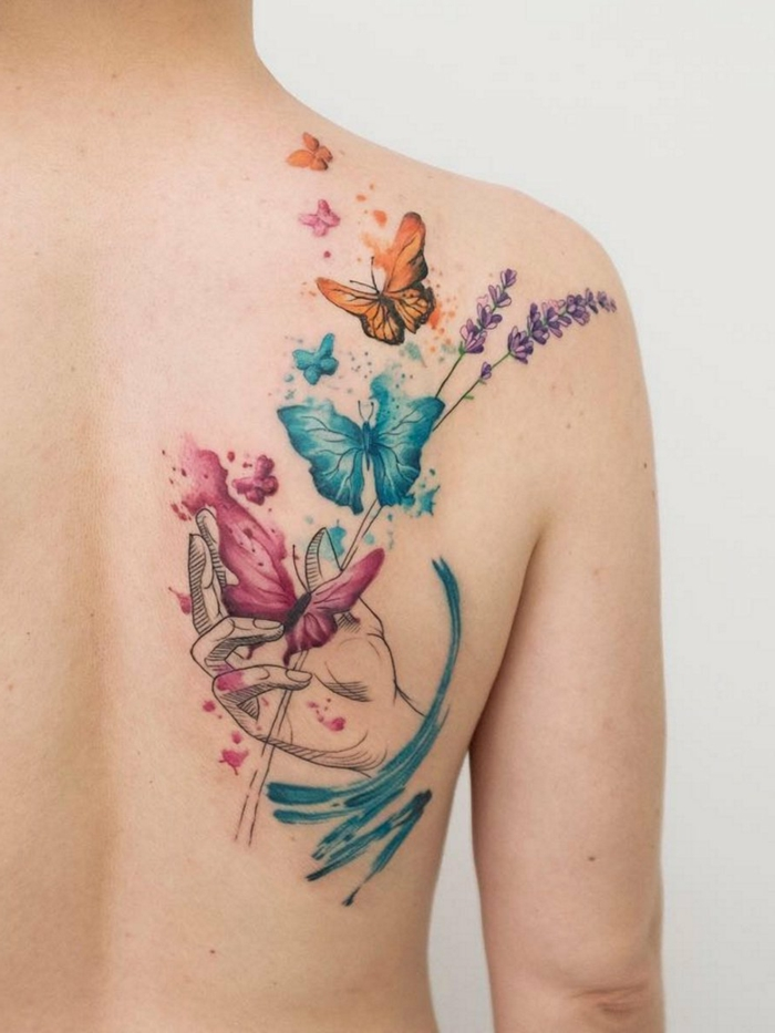 tatuajes en la espalda en colores, diseño de tattoo con mariposa, mano de mujer, adorables tattoos