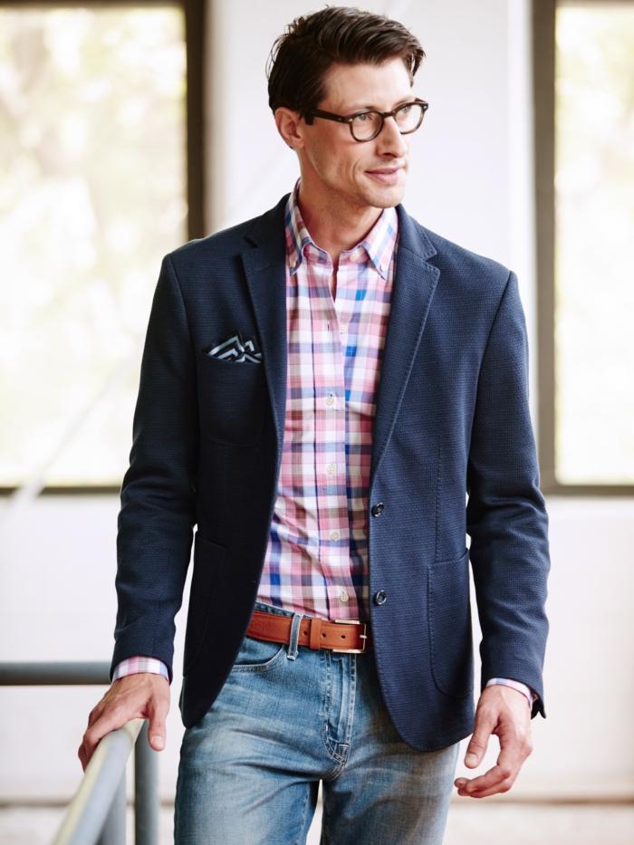 ideas de ropa informal hombre en imagines, chaqueta casual color auzl oscuro con camisa en cuadros y vaqueros lavados