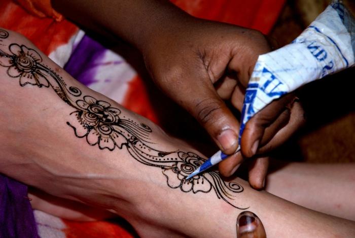 tatuajes henna con motivos florales, diseños de tatuajes falsos en el antebrazo, tatuajes antebrazo para mujeres