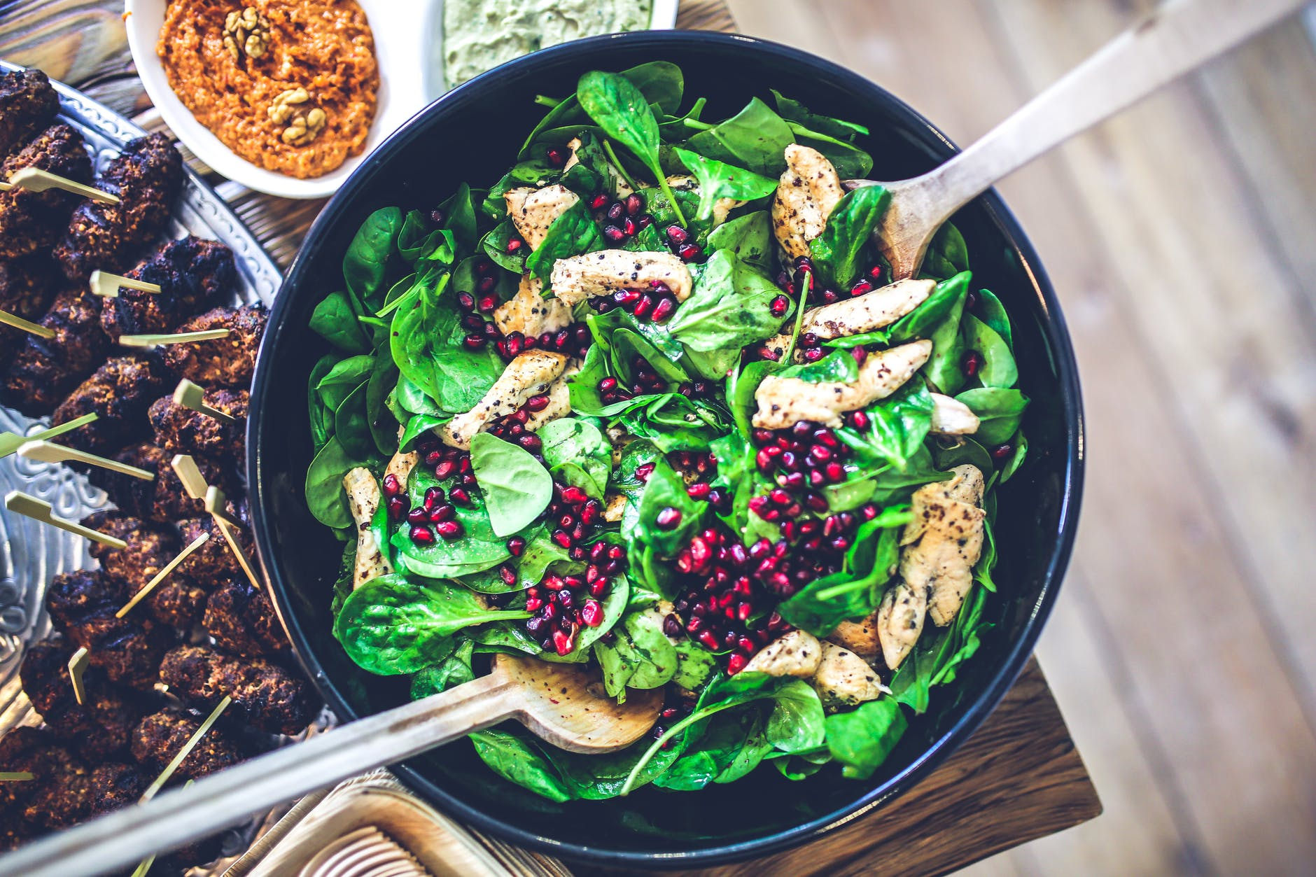 ideas de ensaladas de verduras originales, ensalada con espinacas, pollo y fruta de granada