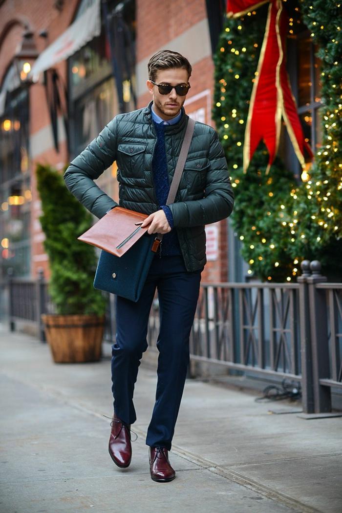 propuestas en imagines de ropa moderna hombre, pantalon color auzl oscuro, zapatos en marrón y chaqueta casual en verde oscuro