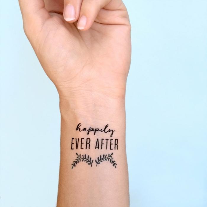 originales propuestas de tatuajes antebrazo, tatuaje falso con letras en la muñeca, ideas de tattoos personalizados