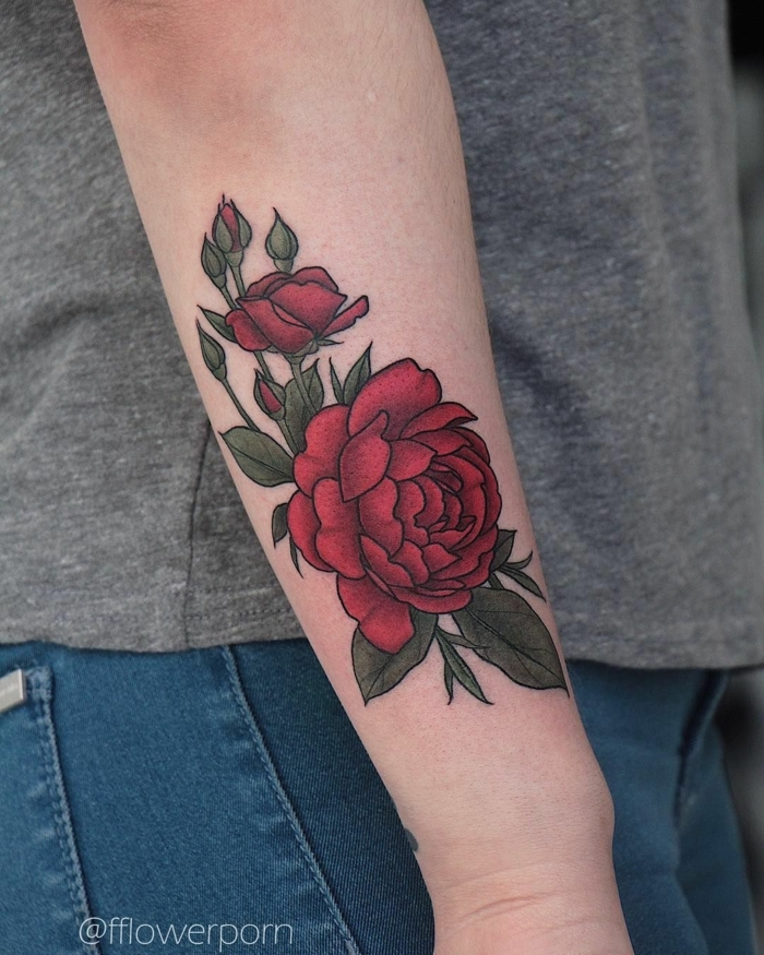 precioso tatuaje en el antebrazo, grande rosa en color rojo tatuada en el antebrazo, diseños de tatuajes con flores