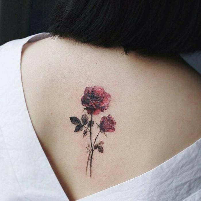 imagines de tatuajes espalda mujer, bonitas rosas en color rojo tatuadas en la espalda de una mujer