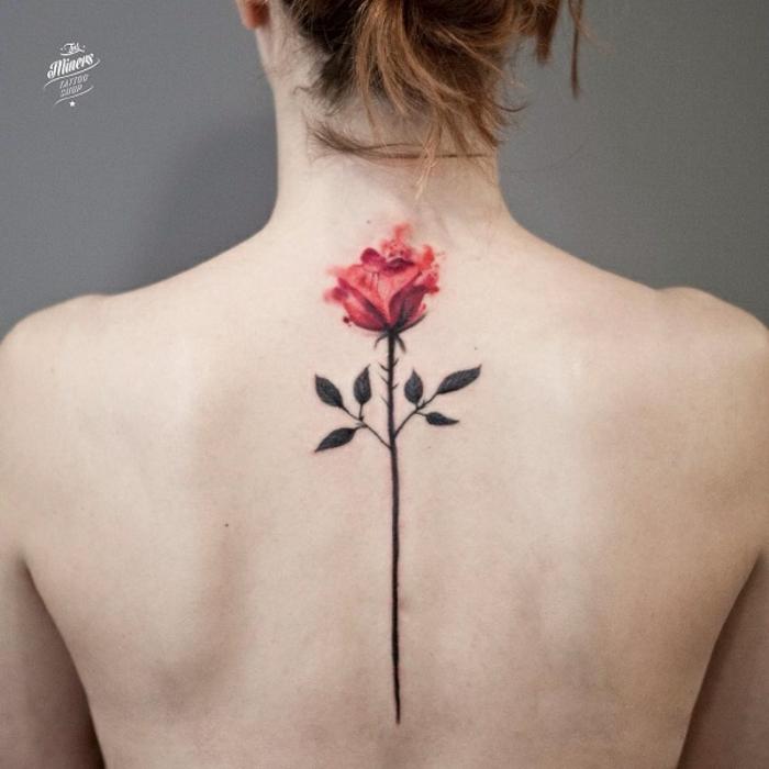 imagines de tatuajes espalda mujer, grande rosa tatuada en la espina dorsal, significado de las rosas rojas