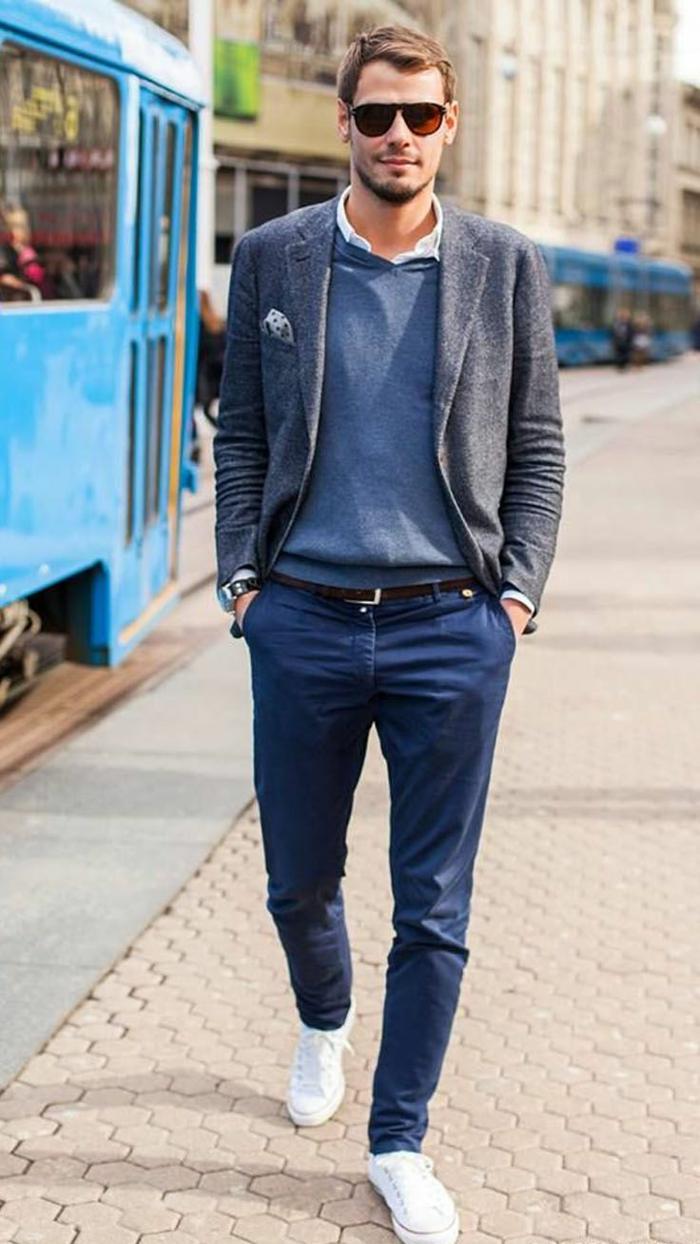 fotos de ropa moderna hombre, patnalones en color azul, jersey azul y chaqueta en color gris