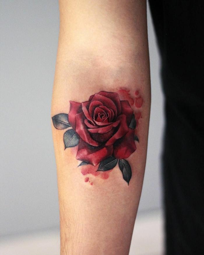 diseños de tatuajes con rosas para hombres y mujeres, ideas de tatuajes brazo hombre con flores