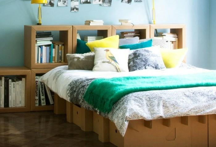 como hacer un estante de carton super original, dormitorio moderno con cama y estantería de cartón
