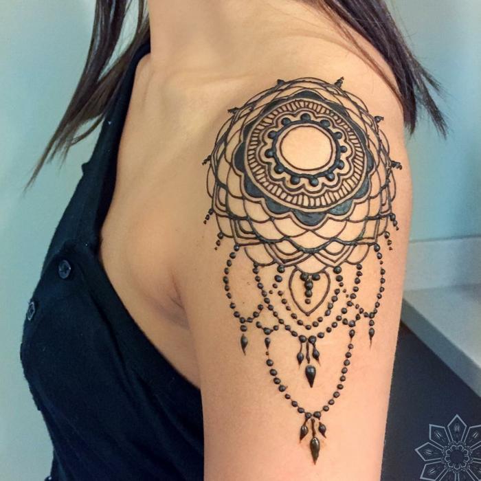 adorables propuestas de tatuajes henna mujer, tatuaje falso con henna en el hombro