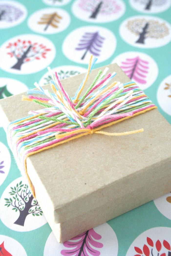 colorido ejemplo de decoración de una caja de regalo con hilos en colores pastel, ejemplos de embalajes originales