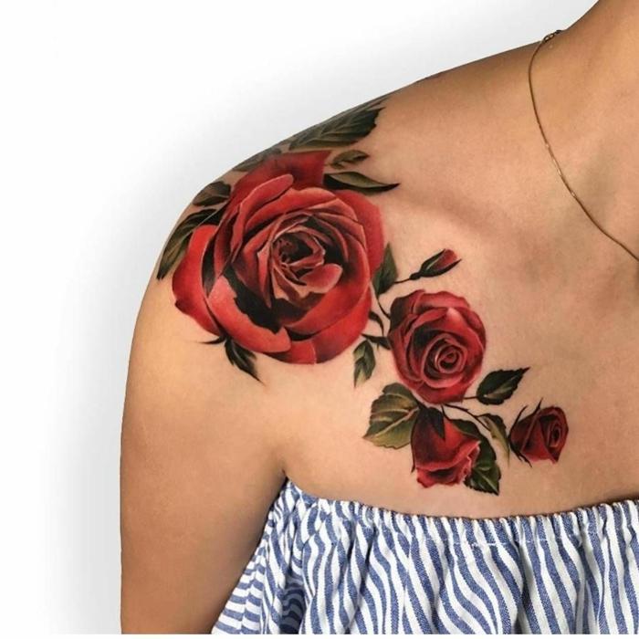 grandes rosas de color negro tatuadas en el hombro, diseños de tatuajes con rosas para hombres y mujeres