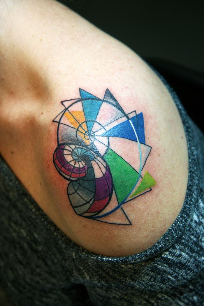 adorable propuesta de tatuaje colorido en el hombro, ideas de tatuajes faciles para hombres y mujeres