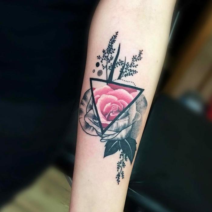 bonito diseño de tatuaje con rosas geométrico, rosas en un triángulo, diseños de tattoos originales
