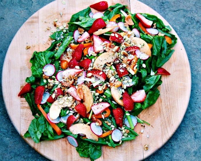 ideas de ensaladas verdes super sanas, ensalada con espinacas, frescas, nueces, rábanos