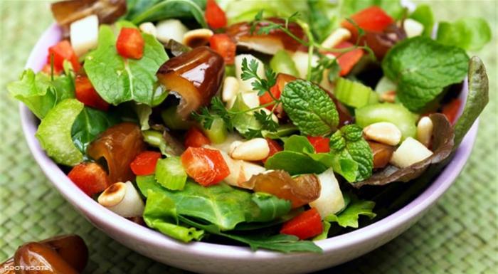 ensaladas frias super originales, ensalada con muchas verduras, pimientos rojos, dátiles y nueces