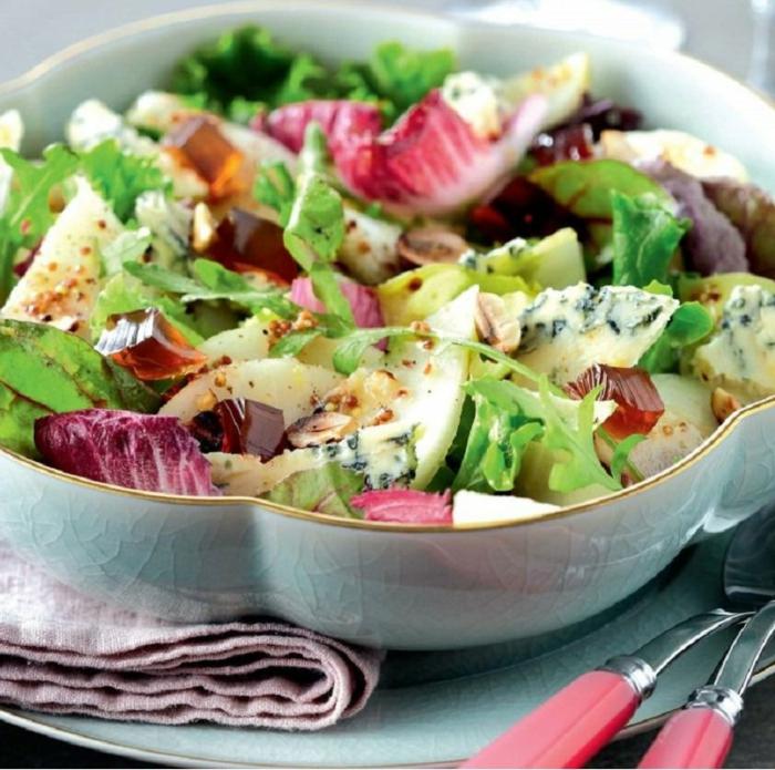 ideas de ensaladas sanas en fotos, ensalada con lechuga, queso azul, semillas y vinagrete casero