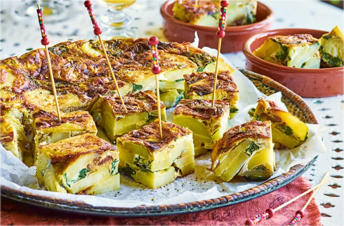 pinchos de tortilla de patatas con espinacas, aperitivos originales frios para toda la familia