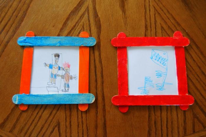 cuadros decorativos DIY con dibujos infantiles y marcos de palitos de helados, manualidades con materiales reciclados