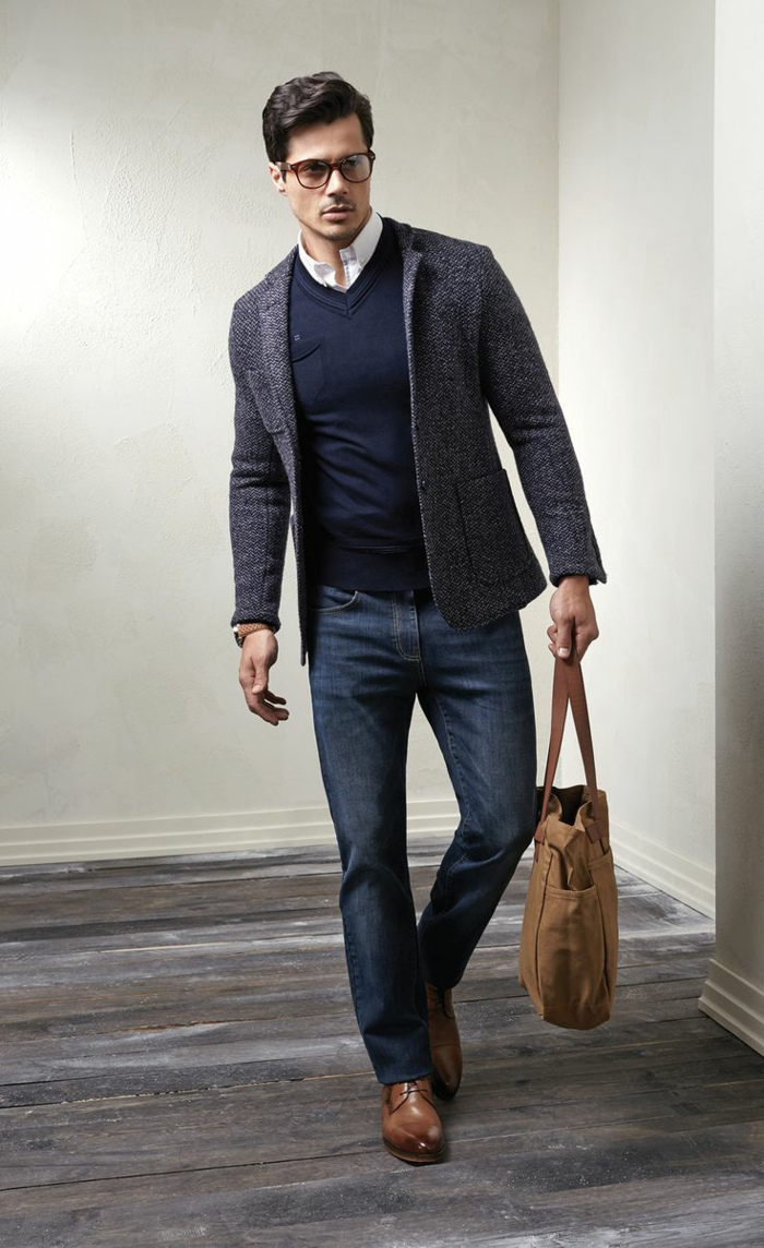 vaqueros modernos combinados con elegante jersey y chaqueta en gris, ropa moderna hombre