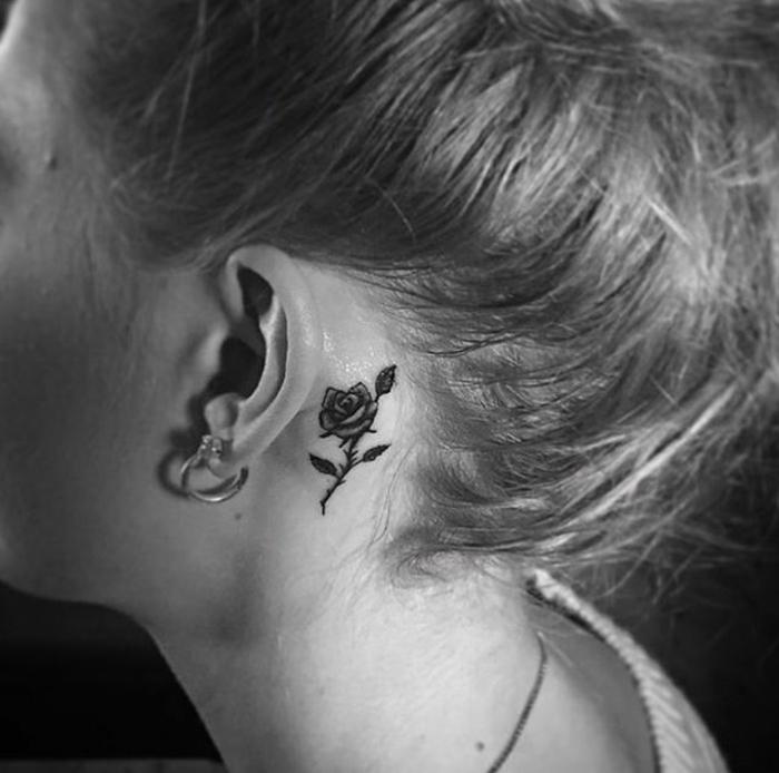elegante y delicado tatuaje detrás de la oreja, tatuajes simbólicos para mujeres, diseños minimalistas
