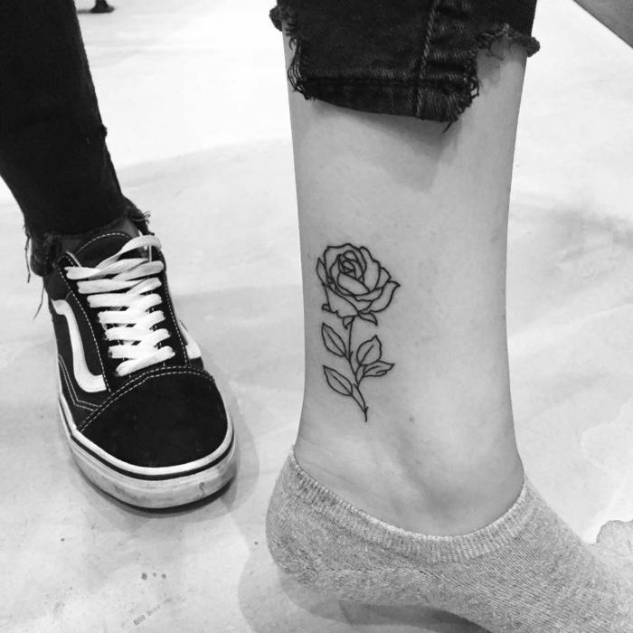 bonitos diseños de tatuajes pierna con rosas y flores, grande rosa con tinta negra tatuada en el tobillo