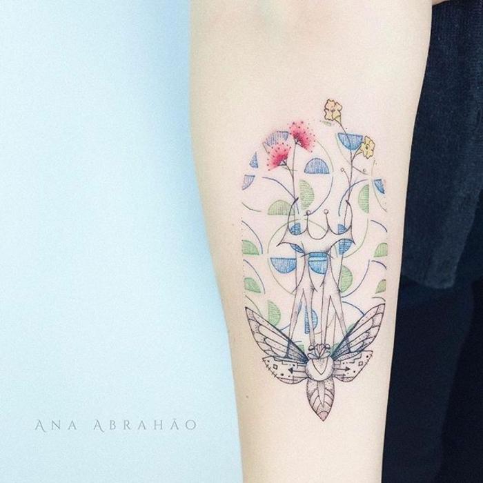 bonitos ejemplos de tatuajes minimalistas en colores, tatuaje con mariposa con significado