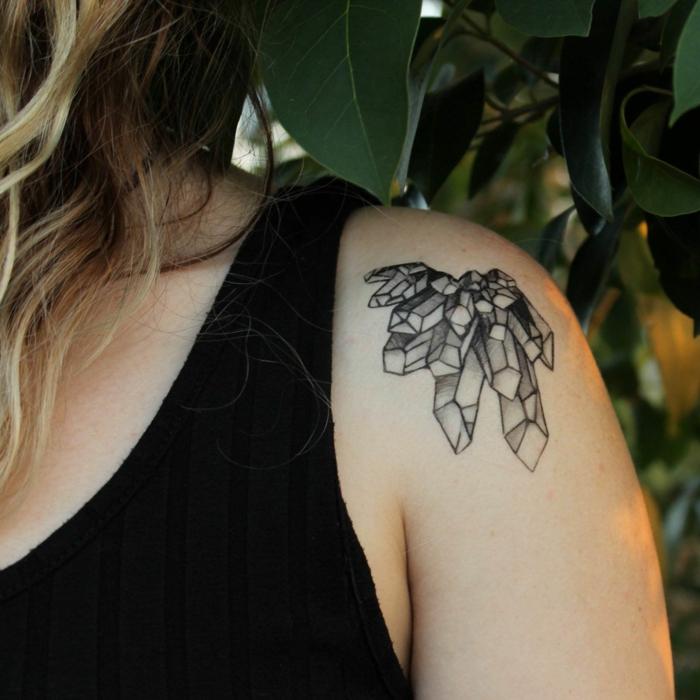 adorable idea de tatuaje plantilla en el hombro, tatuaje de diamantes color negro en el hombro