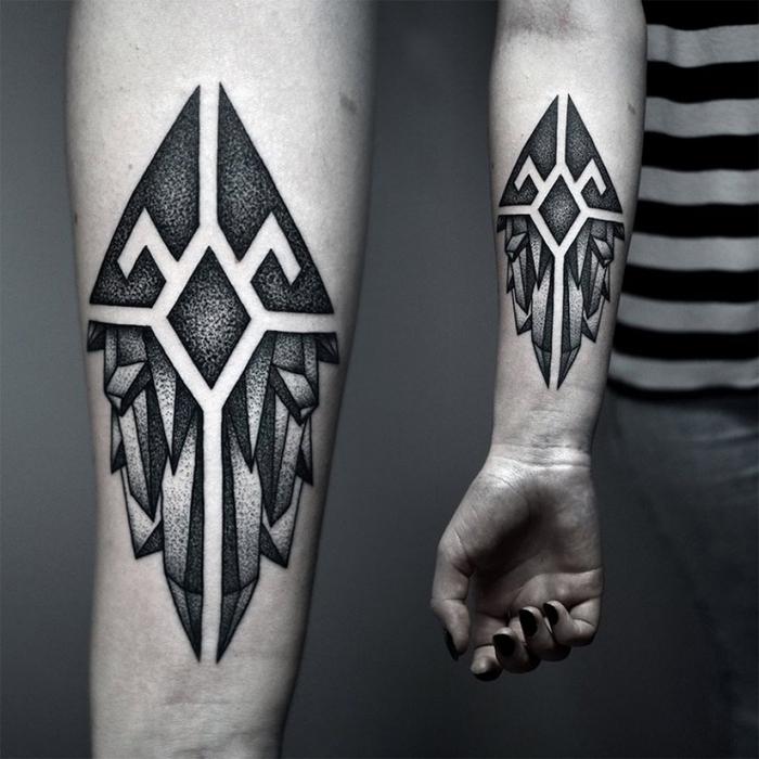 tatuajes faciles cargados de alto significado, tatuaje con cristales negro en el antebrazo, diseños para hombres