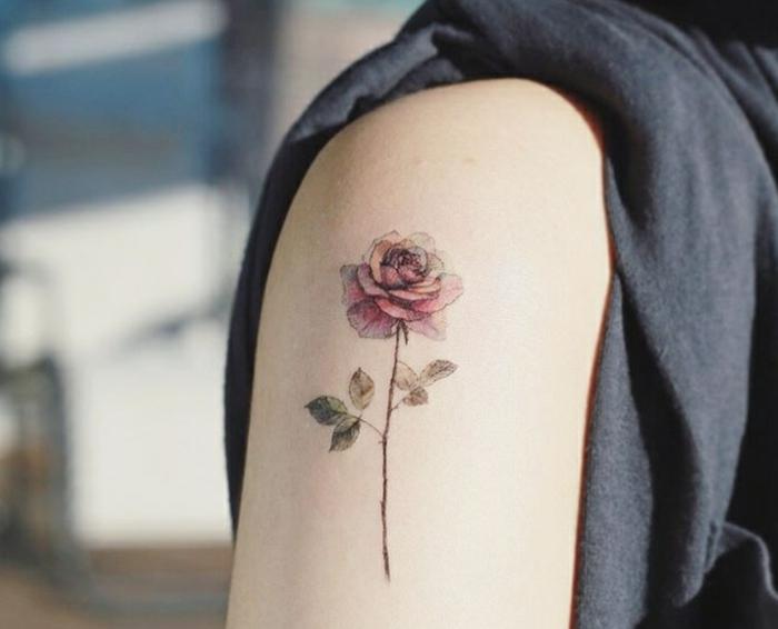 tatuajes hombro de diseño original, preciosa rosa tatuada en el hombro, bonita rosa color rojo en el brazo