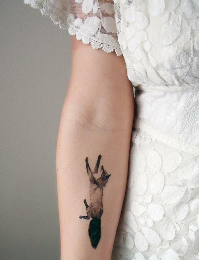 tatuaje pegatina con zorro colorido en el antebrazo, originales propuestas de tattoos falsos mujer