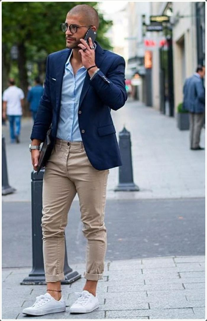propuestas de ropa moderna hombre, pantalón pitillo hasta los tobillos, zapatillas blancas y chaqueta azul oscuro