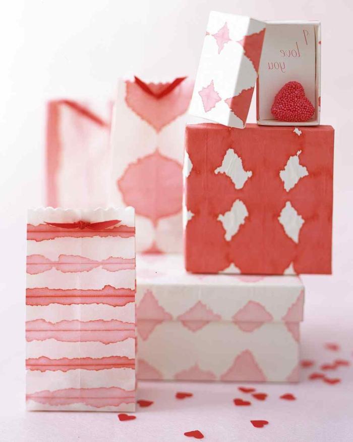 bonitos regalos con papel de regalo hecha a mano, decoración con pinturas acuarelas