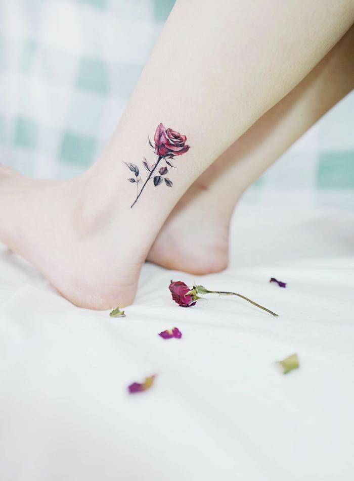 bonito tatuaje en la pierna con una rosa en color rosado, tatuajes elegantes y delicados en fotos