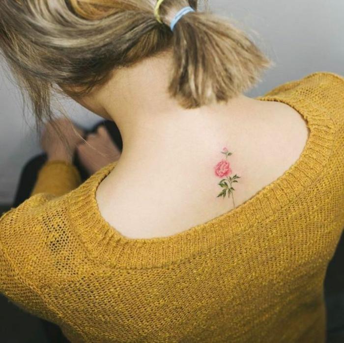 pequeño detalle tatuado en la espalda, tatuaje rosa en estilo minimalista, tatuajes bonitos con flores