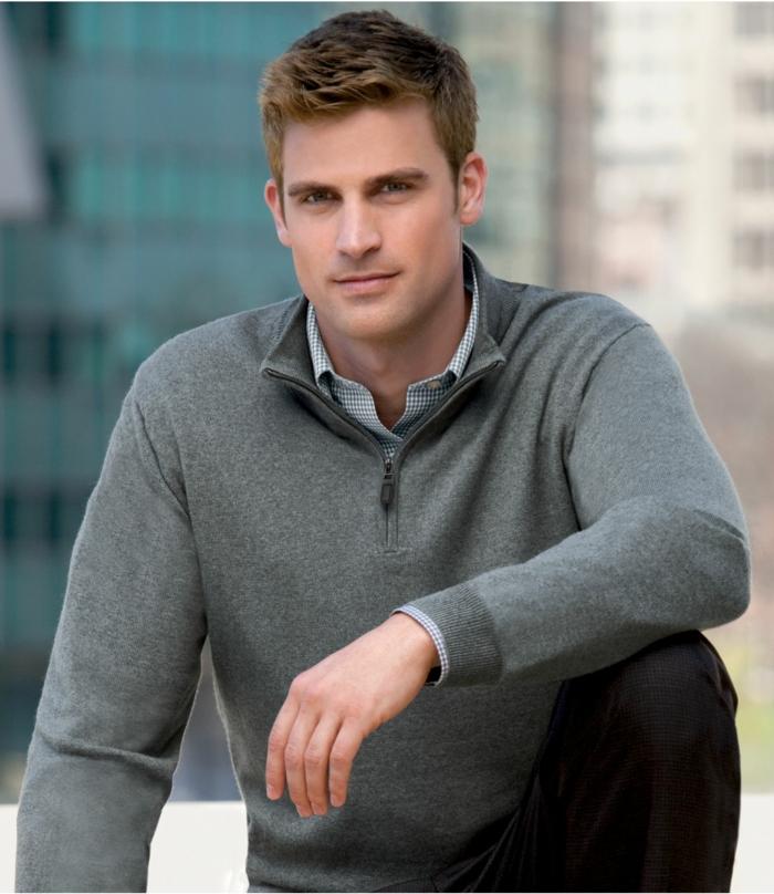 bonitas propuestas sobre vestir casual hombre, jersey estilo deportivo color gris con camisa