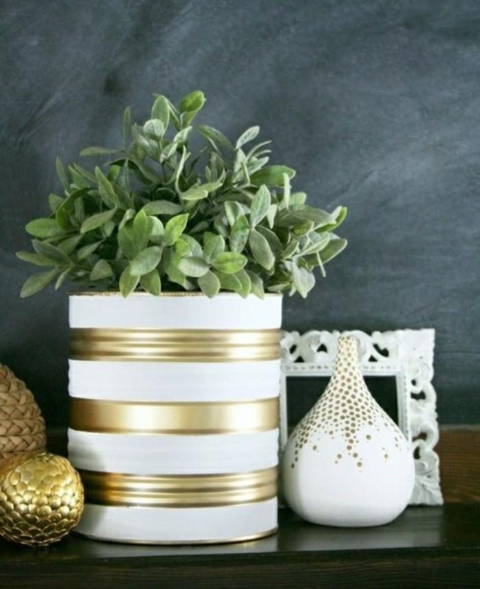 latas de conserva decoradas en blanco y dorado, macetas decorativas para la casa en bonitos colores