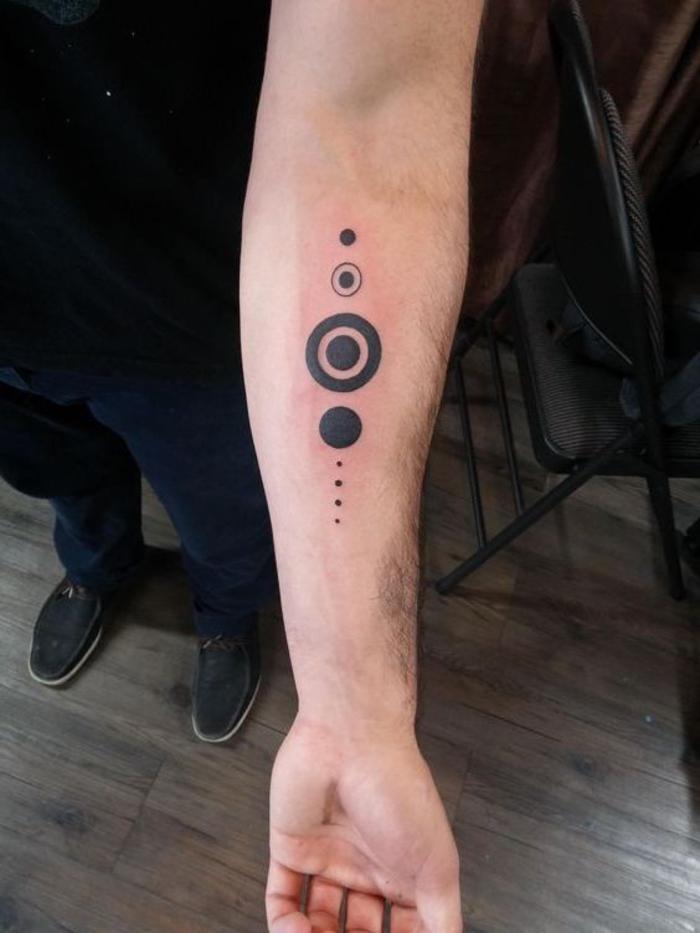 tatuaje antebrazo con círculos que representan las planetas del sistema solar, tatuajes de lineas originales