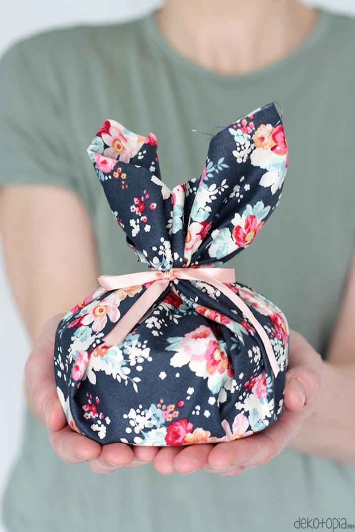 cómo envolver un regalo en tela, bonita propuesta tela estampada flores coloridas y cinta en rosado
