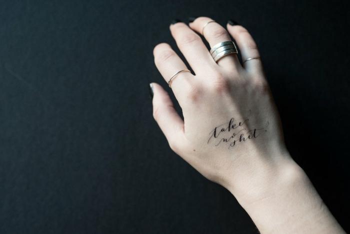 tatuajes con letras temporales, fotos de tattoos falsos en pegatinas, como hacer un tattoo temporal