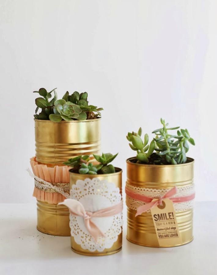 ideas creativas de manualidades con latas, latas pintadas en color dorado adornadas de pequeños detalles