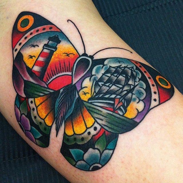 grande tatuaje en estilo old school en colores llamativos, tattoos en el brazo con mariposa