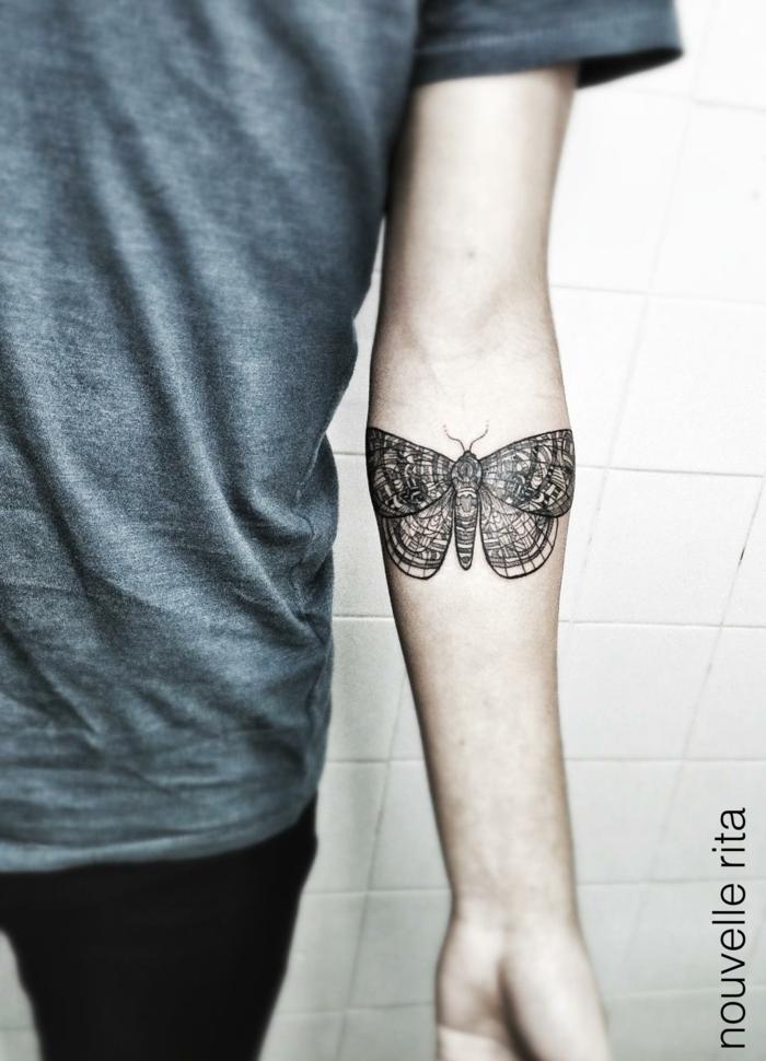 bonitas ideas de tatuajes en el antebrazo con mariposa para hombres y mujeres, tattoo en negro antebrazo