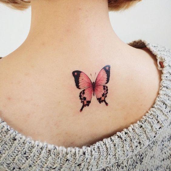 bonitas ideas de tatuajes en la espalda, tattoo con mariposa en rojo y negro, ideas de tatuajes con significado