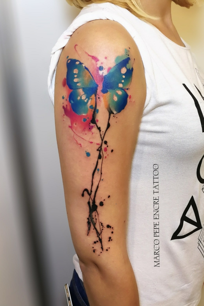 adorables ejemplos de tatuajes en el brazo con mariposa, diseños de tatuajes que inspiran